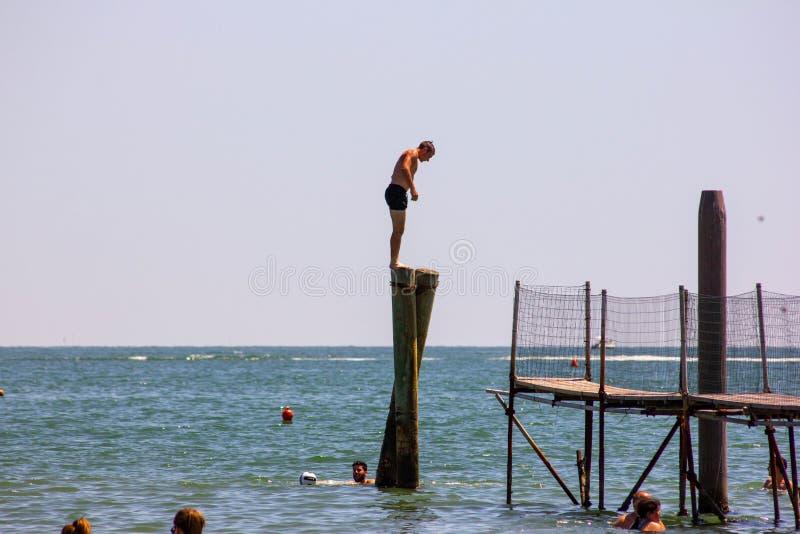 Красивая предпосылка с изображениями чудесного пляжа и красивого моря в Италии, пляже Jesolo в Венеции в венето привлекает челове стоковое изображение rf