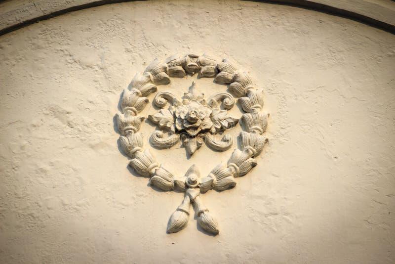Красивая предпосылка с белой штукатуркой цветков гирлянды на ol стоковое фото
