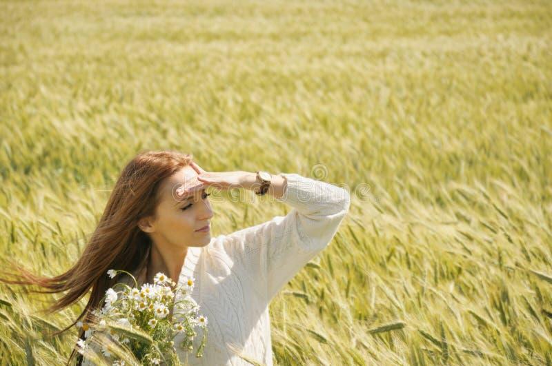 Красивая привлекательная женщина в солнечном поле осени с пуком c стоковая фотография rf