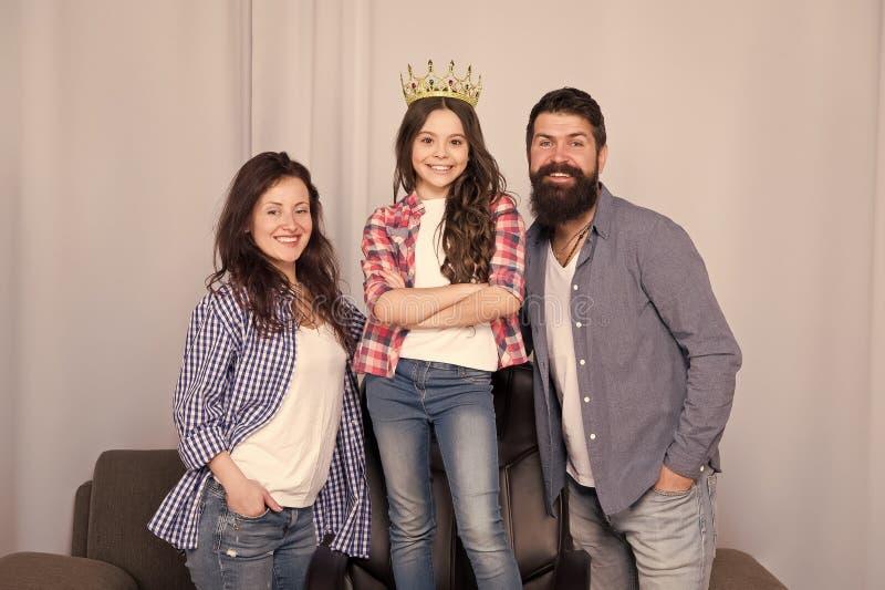 Красивая принцесса Маленькая девочка любит ее родителей дома Бородатые человек и женщина с дочерью принцессы Отец, мать стоковая фотография rf