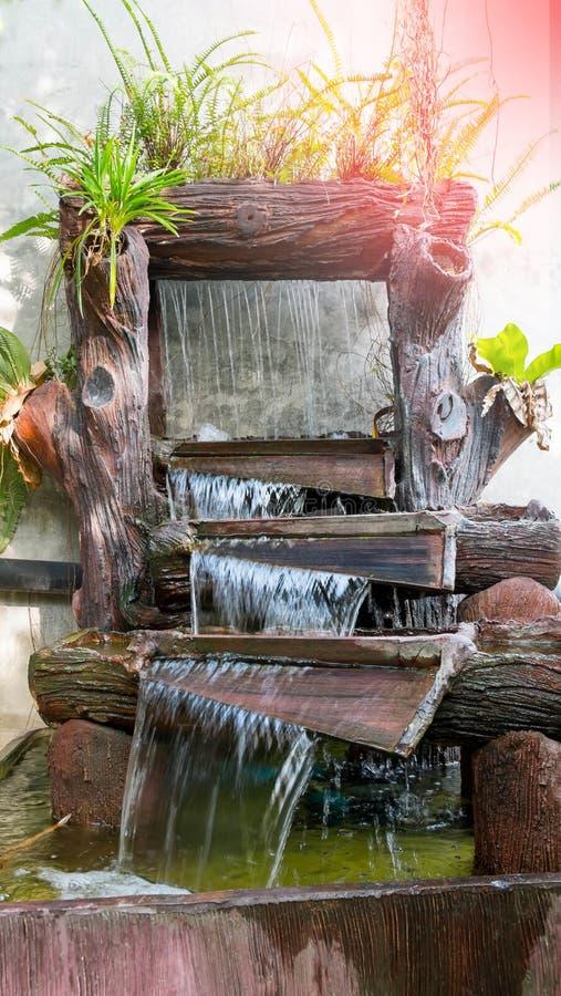 Красивая природа в саде с водопадом на каменной стене Fou стоковое изображение