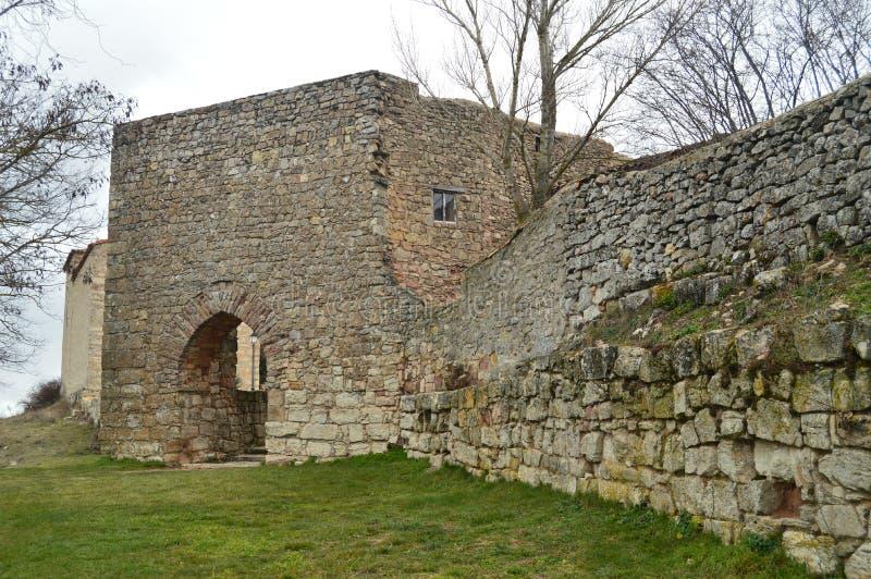 Красивая прогулка до стены мы приехали на дверцу входного люка в деревню Medinaceli Зодчество, история стоковое изображение