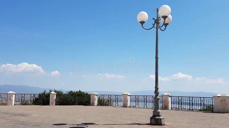 Красивая площадь с фонарным столбом в солнечном дне, в городе Кальяри, Сардиния Италия стоковые изображения