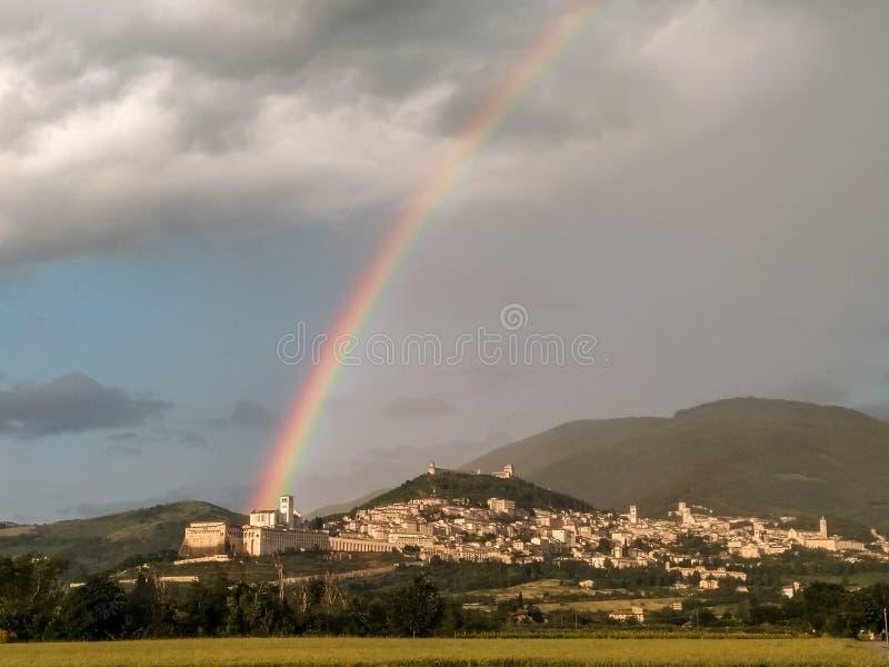 Красивая радуга над городком Умбрией Assisi, Италией стоковые изображения