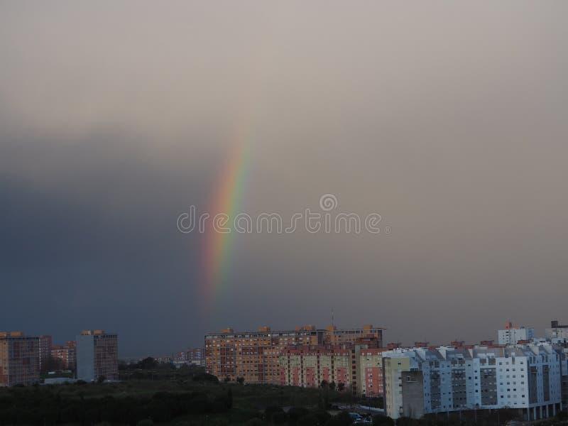 Красивая радуга над городом Лиссабона стоковое фото rf