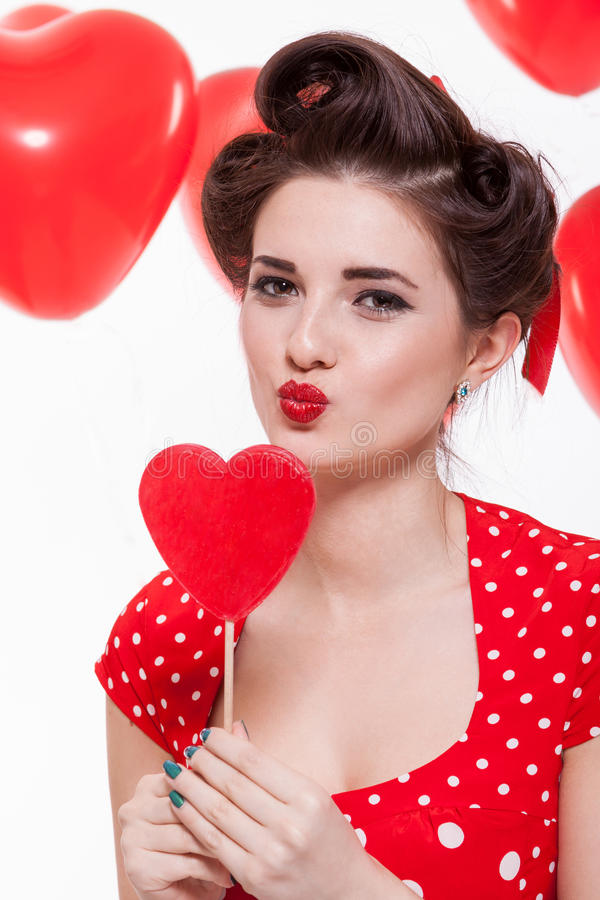 Красивая ретро женщина празднуя валентинки стоковые фотографии rf