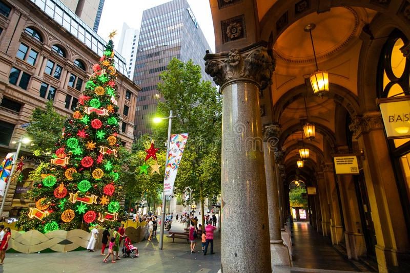 Красивая рождественская елка на Сиднее городском, месте Мартина стоковые изображения rf
