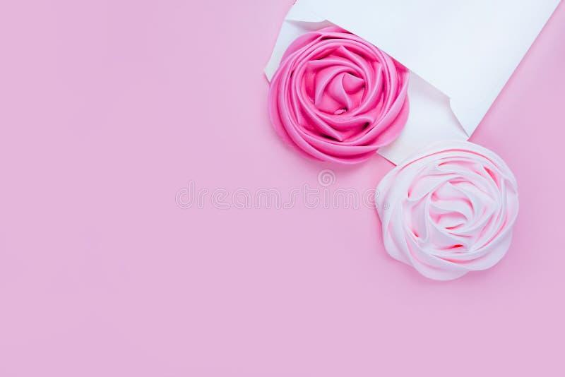 Красивая розовая меренга в конверте стоковое фото rf