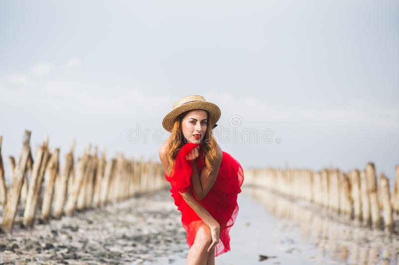 Красивая рыжеволосая маленькая девочка на пляже стоковое фото