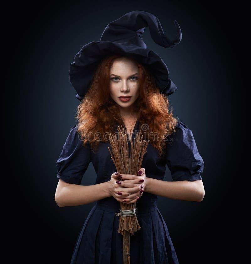 Красивая рыжеволосая девушка в ведьме костюма стоковые фотографии rf