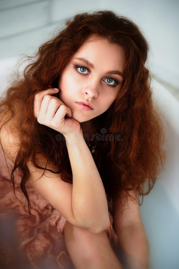 красивая рыжеволосая девушка с красивым Естественная красота, естественный цвет волос Имбирь, в ванне молока стоковое изображение rf
