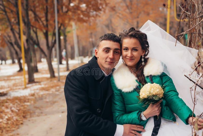 Красивая свадьба в парке осени стоковая фотография