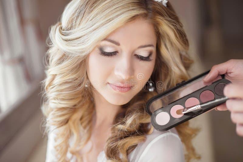 Красивая свадьба невесты с составом и курчавым стилем причёсок стилизатор стоковое фото