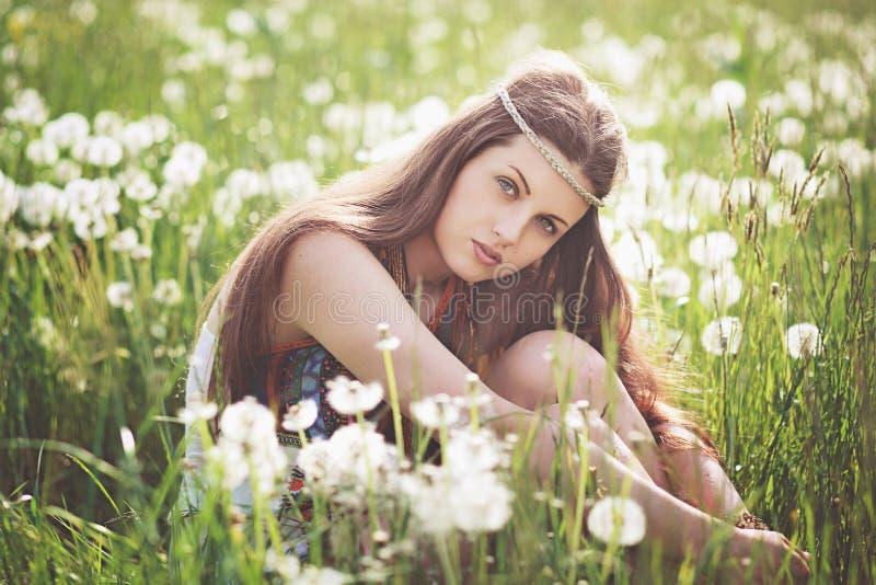 Красивая свободная девушка в луге цветка стоковая фотография rf