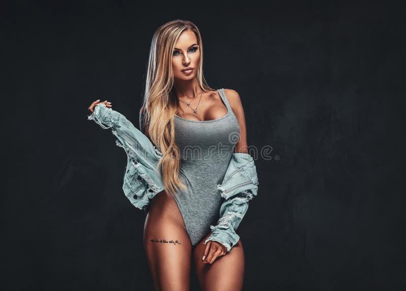 Красивая сексуальная белокурая женщина на черной предпосылке представляя в стержне стоковые изображения rf