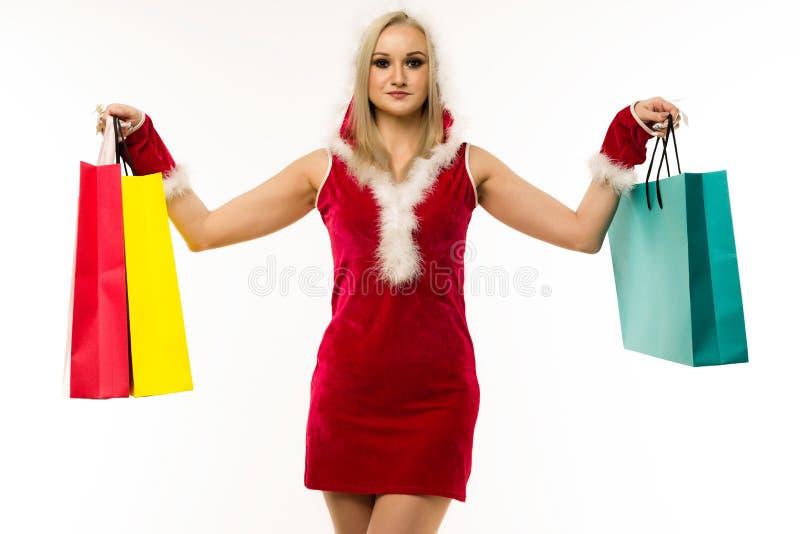 красивая сексуальная девушка в новогоднем платье x27;s, держится в сумках для покупок Празднование Рождества или нового года стоковая фотография rf