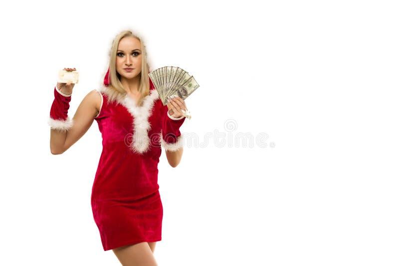 красивая сексуальная женщина в новогоднем платье x27;s, держащая в руках деньги и кредитную карту Празднование Рождества или ново стоковое изображение