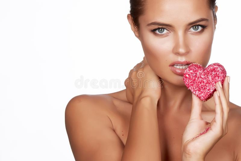 Красивая сексуальная форма торта еды женщины брюнет romanti сердца стоковые фото