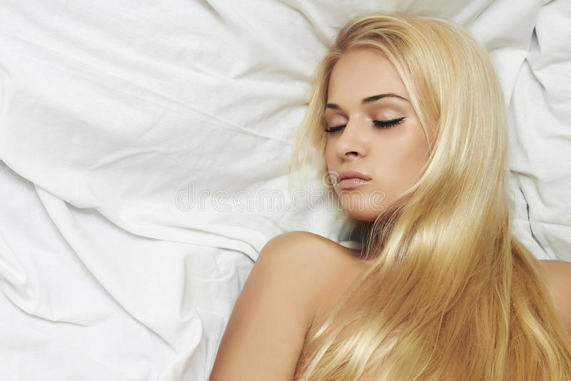 Красивая сексуальная белокурая женщина в bed.hair care.beauty стоковые фотографии rf