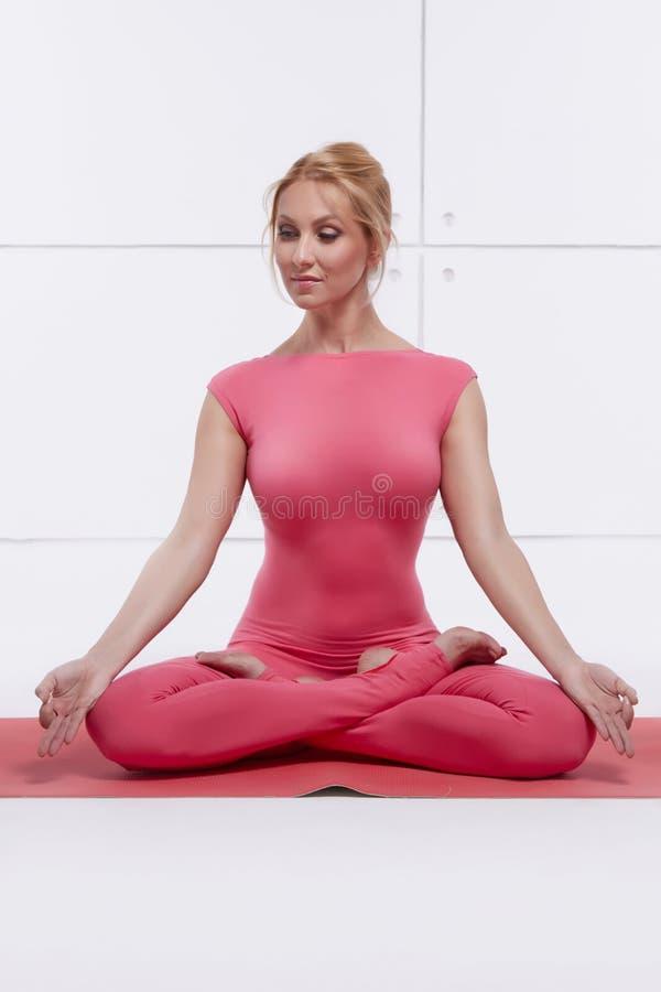 Красивая сексуальная белокурая совершенная атлетическая тонкая диаграмма приниманнсяая за йога, pilates, тренировка или фитнес, в стоковые изображения