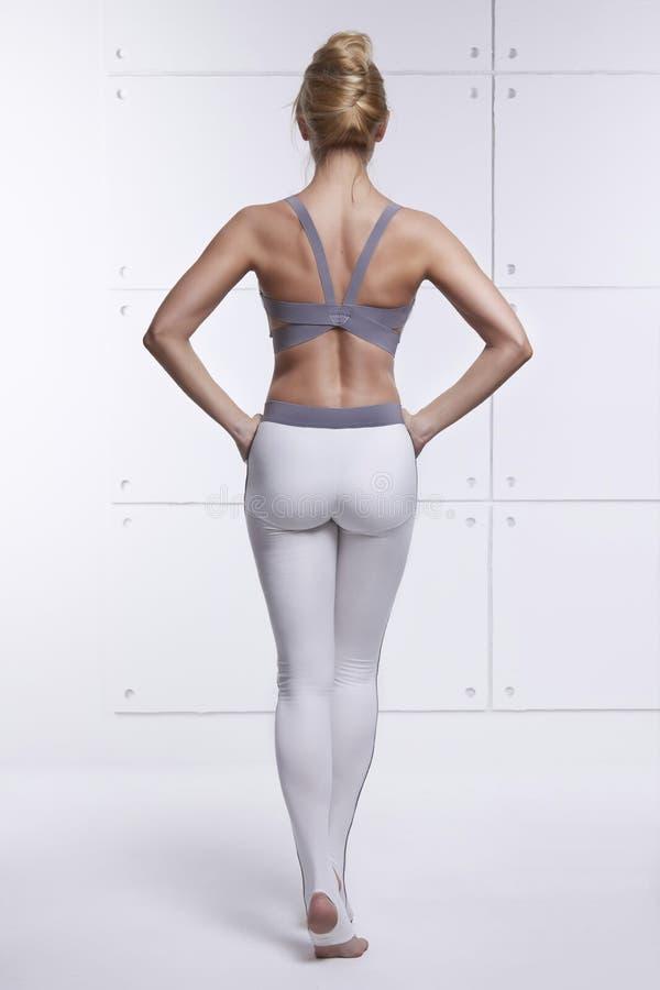 Красивая сексуальная блондинка с совершенной атлетической тонкой диаграммой приниманнсяой за йогой, pilates, тренировкой или фитн стоковые фотографии rf