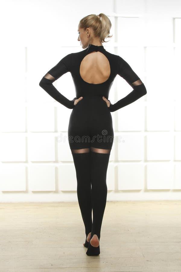 Красивая сексуальная блондинка с совершенной атлетической тонкой диаграммой приниманнсяой за йогой, pilates, тренировкой или фитн стоковые изображения rf
