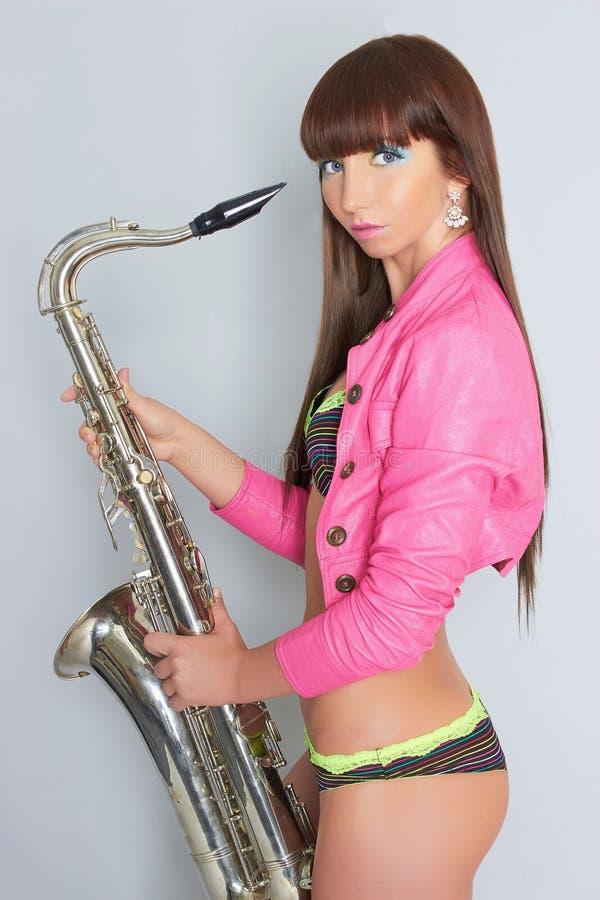 Сексуальная девушка с саксофоном