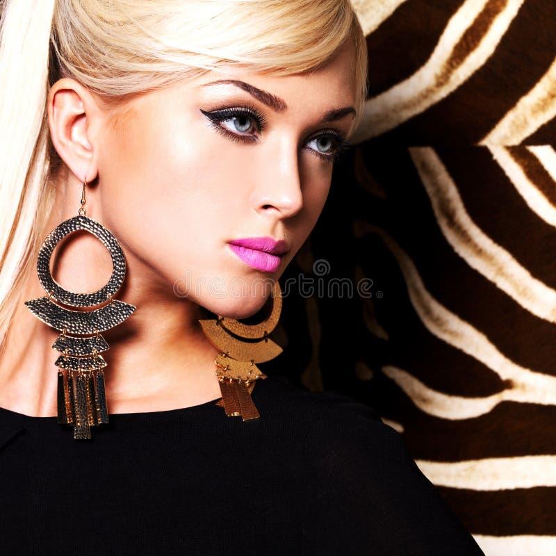 Красивая сексуальная женщина с составом моды на стороне стоковые изображения rf