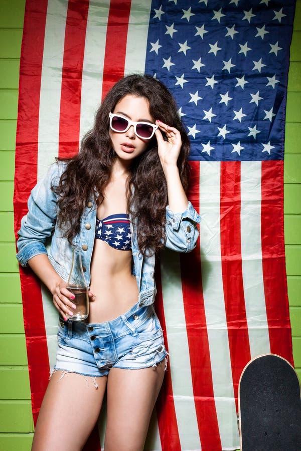 Красивая сексуальная длинная с волосами девушка против американского флага стоковая фотография rf
