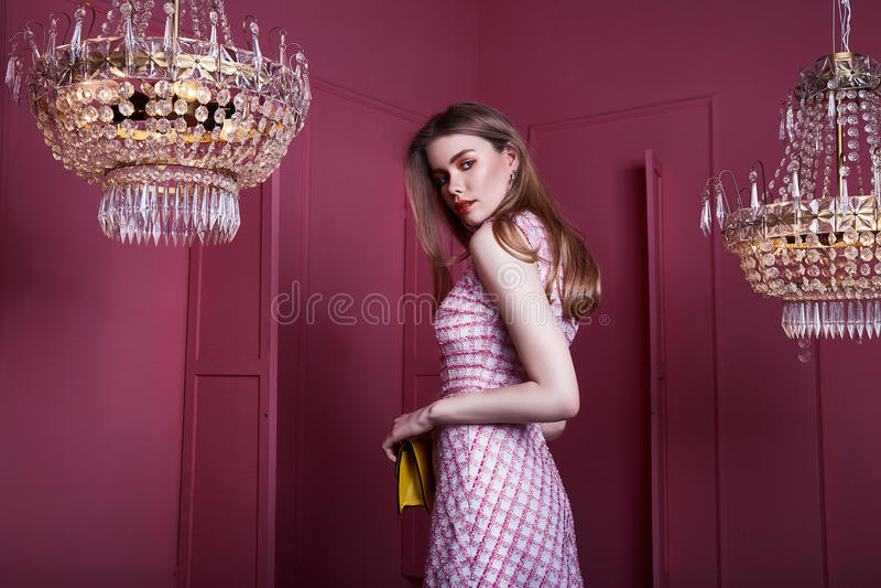 Красивая сексуальная милая мода mo дамы девушки женщины светлых волос стороны стоковые фото