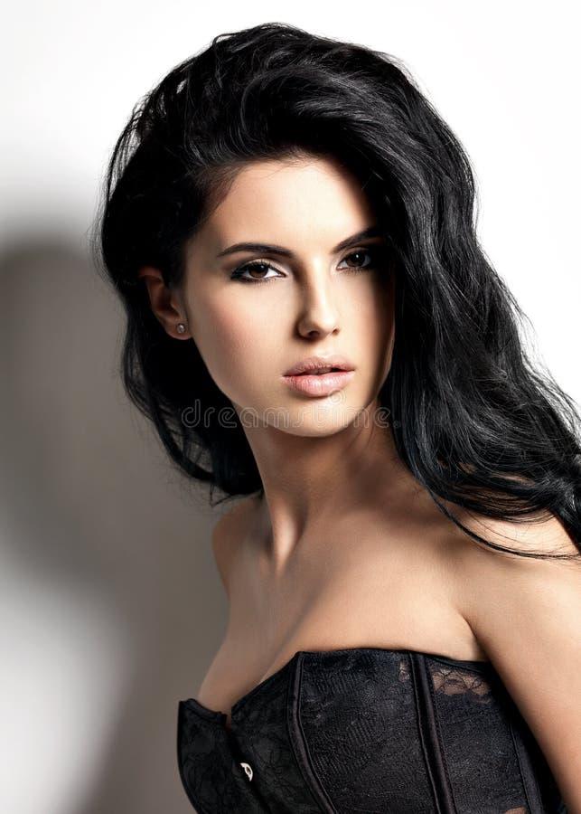 Красивая сексуальная молодая женщина брюнет с длинными волосами стоковое фото