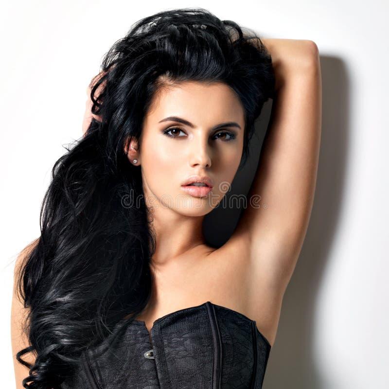 Красивая сексуальная молодая женщина брюнет с длинными волосами стоковые изображения