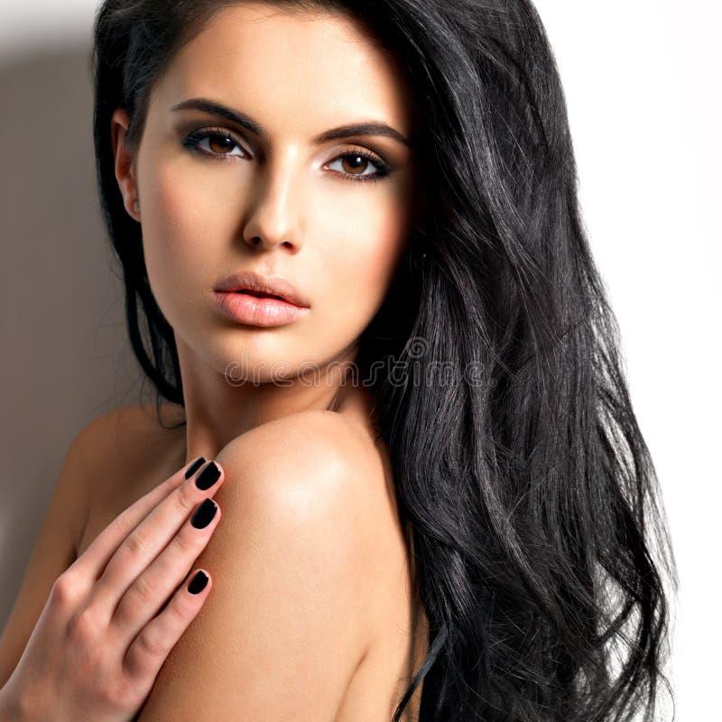Красивая сексуальная молодая женщина брюнет с длинными волосами стоковые изображения rf