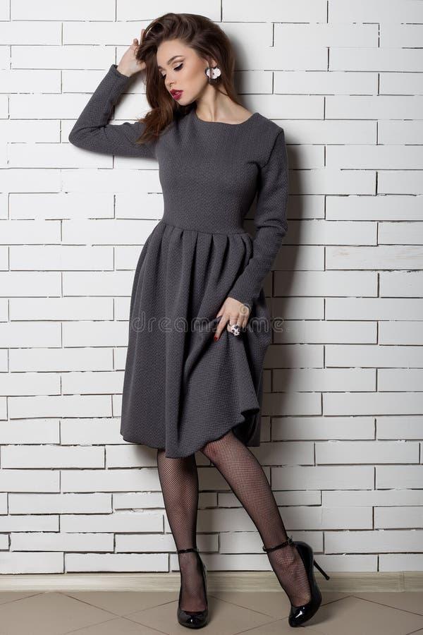Красивая сексуальная элегантная модная женщина с ярким составом вечера с большими губами толстенькими демонстрирует Handmade ювел стоковые фотографии rf