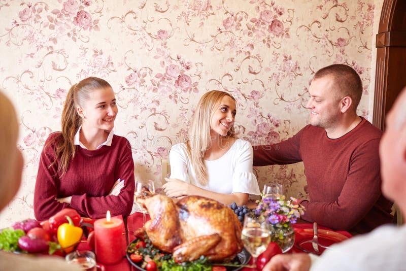 Красивая семья празднуя рождество на таблице на светлой предпосылке концепция единения семьи стоковые фотографии rf