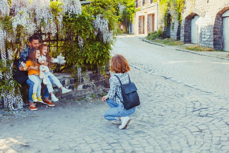 Красивая семья с детьми на старой вымощенной улице стоковые фотографии rf