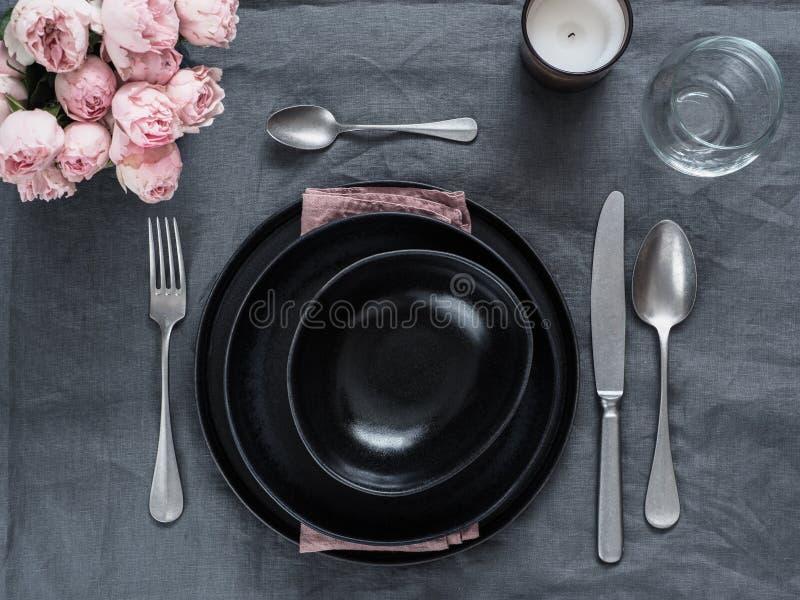 Красивая сервировка стола на серой скатерти белья стоковая фотография