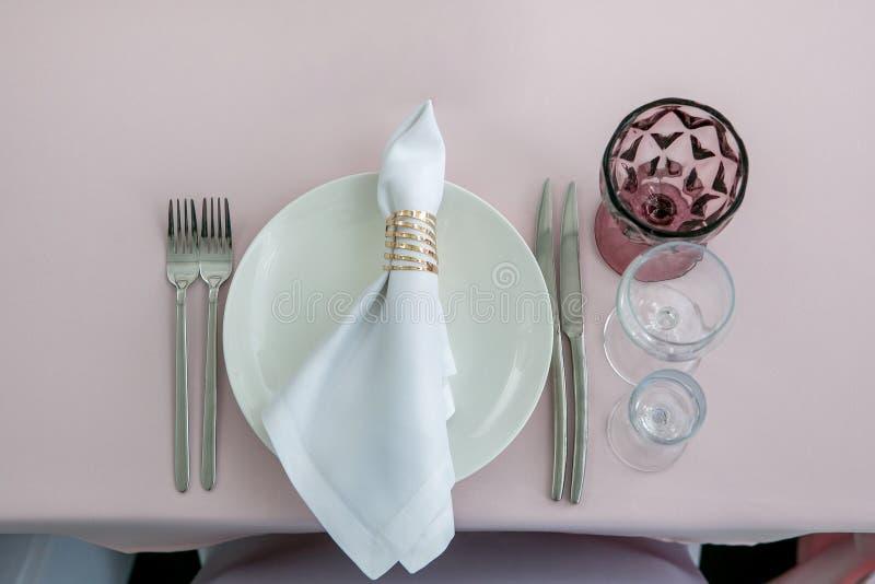 Красивая сервировка стола с посудой для партии, приема по случаю бракосочетания или другого праздничного события Стеклоизделие и  стоковые изображения