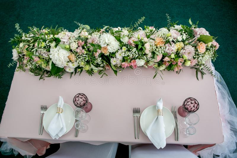 Красивая сервировка стола с посудой и длинным forarrangement цветков партия, прием по случаю бракосочетания или другое празднично стоковые фото