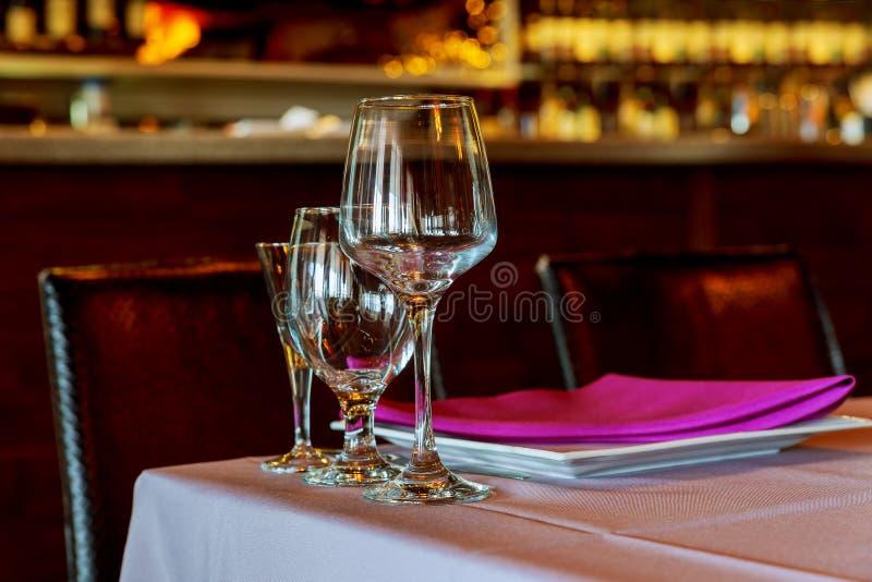 Красивая сервировка стола с посудой и цветками для партии, приема по случаю бракосочетания или другого праздничного события стоковое фото