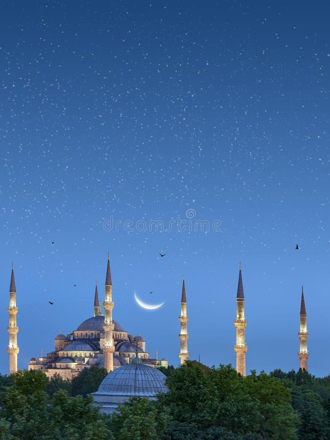 Красивая серповидная луна над голубой мечетью в Стамбуле, Турции стоковые фото