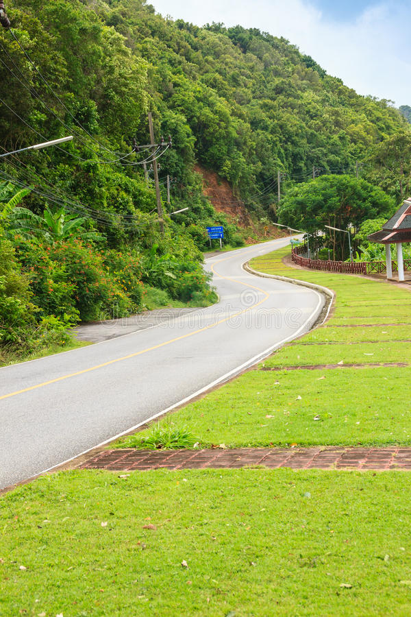 Красивая сельская дорога около пляжа вокруг островов Пхукета, взгляда стоковое фото