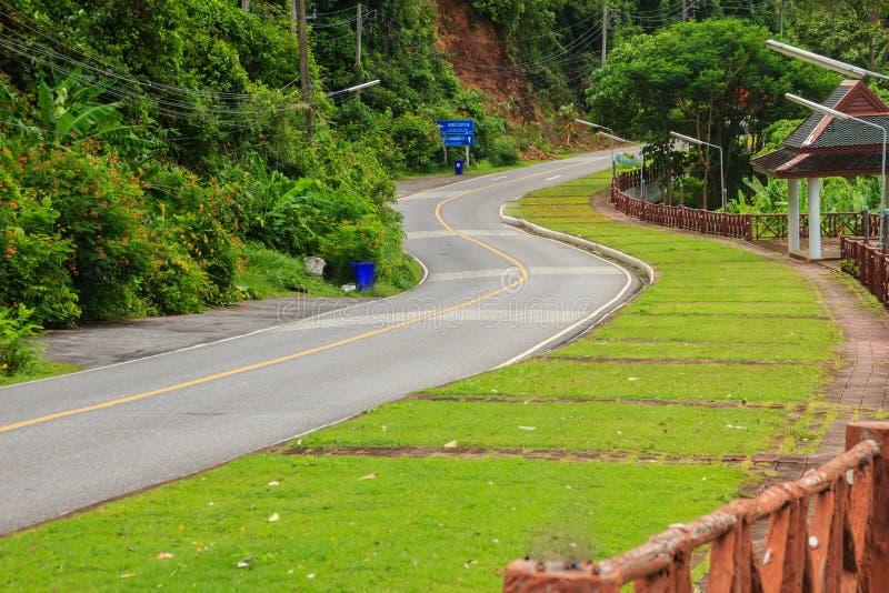 Красивая сельская дорога около пляжа вокруг островов Пхукета, взгляда стоковое фото rf