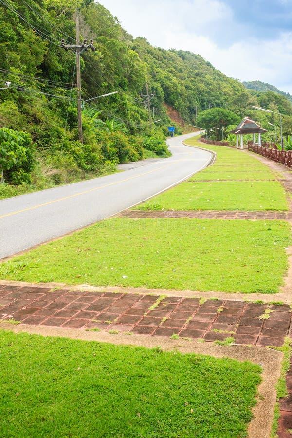 Красивая сельская дорога около пляжа вокруг островов Пхукета, взгляда стоковые фотографии rf