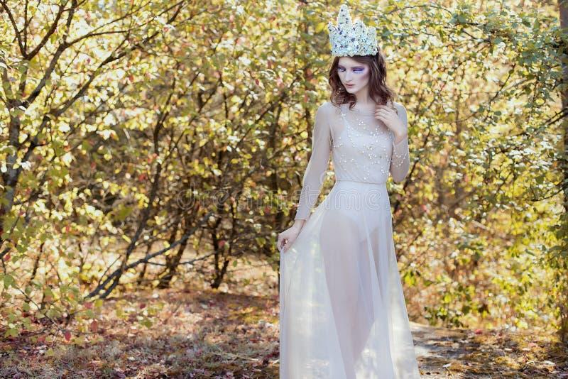 Красивая симпатичная нежная грациозно fairy фея в кроне цветка стоковая фотография