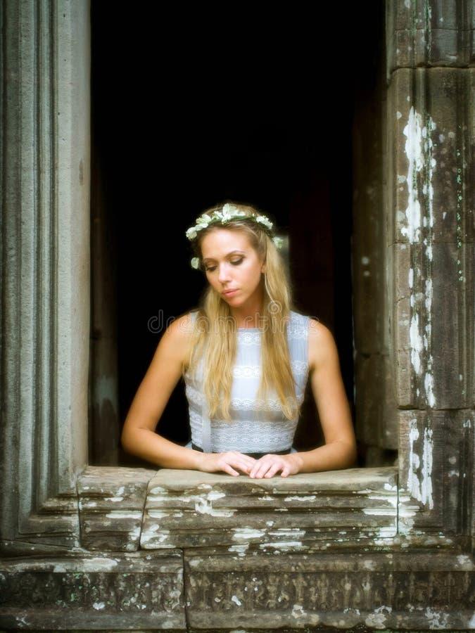 Красивая, сиротливая принцесса Waiting сказки на окне башни стоковое фото rf