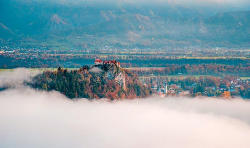 Красивая сказка с замком на утесе в кровоточенный, Словения стоковое фото
