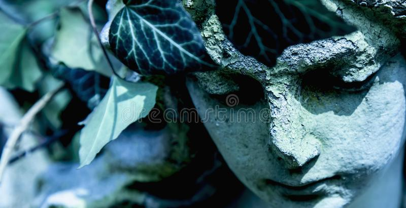 Красивая скульптура мрамора ангела со сладким выражением которое смотрит вниз с вероисповедания, веры, концепции христианства стоковые изображения