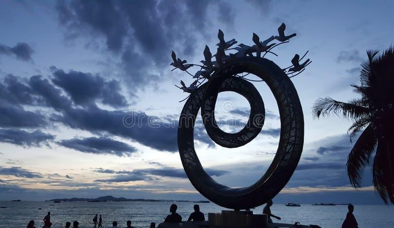 Красивая скульптура искусства круга на пляже Паттайя во время сумерк стоковые изображения
