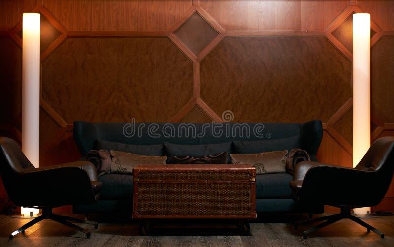 Красивая современная живущая комната с софой, креслами стоковая фотография rf